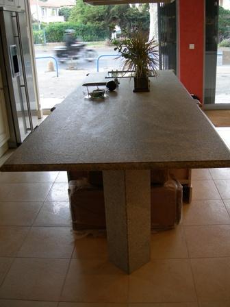 une table en granit marbrerie proven ale. Black Bedroom Furniture Sets. Home Design Ideas
