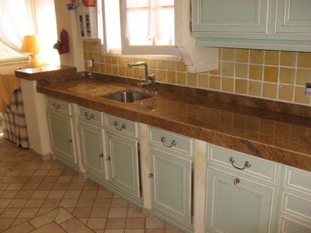 Relooker sa cuisine en rempla ant le plan de travail - Plan de travail imitation granit ...