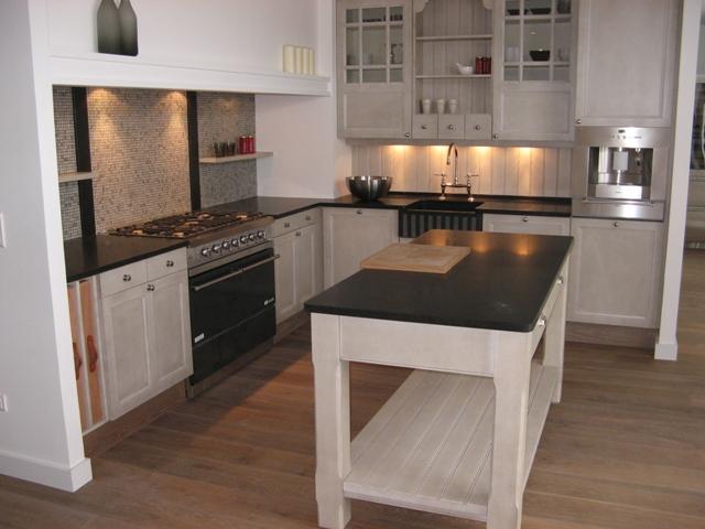 Granit noir et meubles blancs la recette de l 39 l gance for Meuble cuisine basique