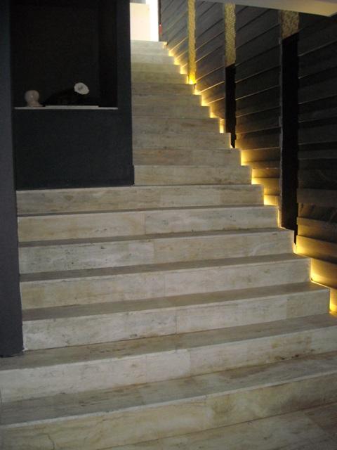 escalier en marbre travertin id e inspirante pour la conception de la maison. Black Bedroom Furniture Sets. Home Design Ideas