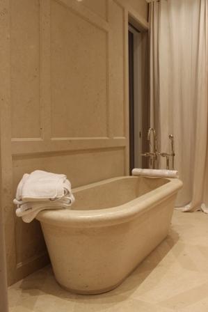 baignoire massive en Pierre de Mareuil réalisée dans nos ateliers